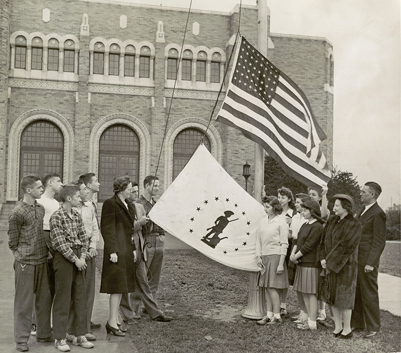 Fairmont H.S. students with flag, 1943 (Fairmont_16)