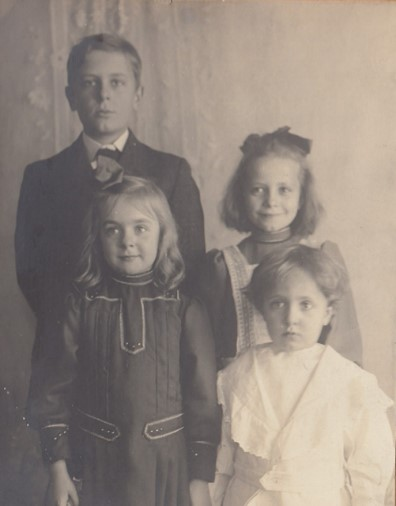 Lorin Wright children, circa 1906. Front row: Leontine and Horace; back row: Milton and Ivonette. (ms216_8_7_9b)